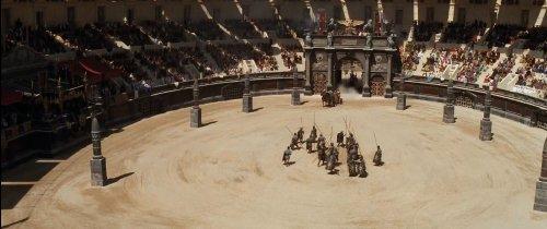 Eu poderia fazer um comentário sobre essas estruturas fálicas que os diretores de cinema e tv não cansam de colocar dentro das arenas romanas. Mas fica pra uma próxima.