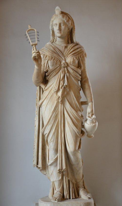 Estátua de mármore de Ísis feita no estilo romano. Cerca de 120 d.C. Encontrada na Vila de Adriano em Pantanello. Museu Capitolino. Via Wikimedia Commons.