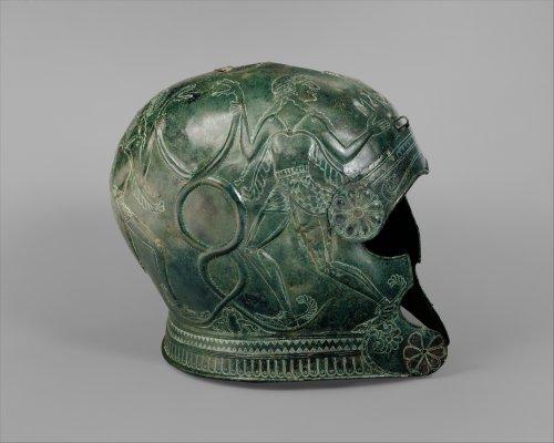 Elmo grego do período arcaico, século 7 a.C. MET. N° 1989.281.49, .50