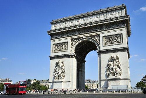 O mais famoso de todos os Arcos do Triunfo. Esse arco foi construído por Napoleão Bonaparte em Paris em 1806. Inaugurado em 1836, a monumental obra detém, gravados, os nomes de 128 batalhas e 558 generais. Esse é um dos maiores arco de triunfo do mundo, com 50 metros de altura.