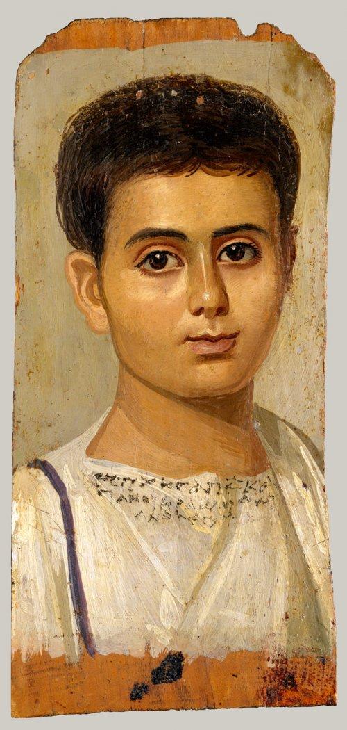 Retratos como esse eram colocados sobre os corpos de múmias egípcias no período romano. São normalmente referidos como as Múmias do Faium, embora nem todos os exemplos venham da região do Faium. Esse exemplo é de cerca de 150 d.C. MET. N° 18.9.2
