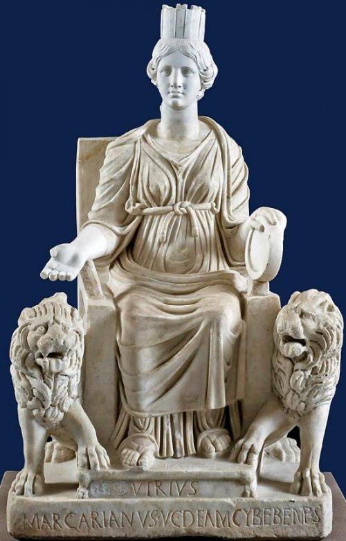 Estátua dedicada a deusa Cibele descoberta em Lazio. Século 3 d.C. Museu arqueológico de Nápoles. Via Wikimedia Commons.