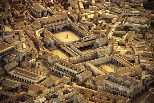 Vários imperadores construíram os seus próprios fóruns. Esse é o fórum de Trajano, conforme maquete do Museu da Civilização Romana. Esse fórum ficava ao norte do fórum romano, na parte de baixo dessa imagem é visível a Basílica de Constantino e Maxêncio (na direita) e o Arco de Severo (na esquerda)