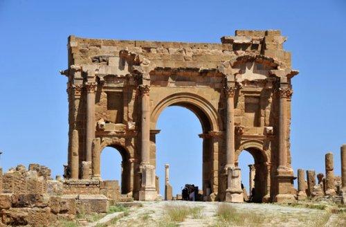 Arco de Trajano. Construído em 114 d.C. - 12 metros de altura