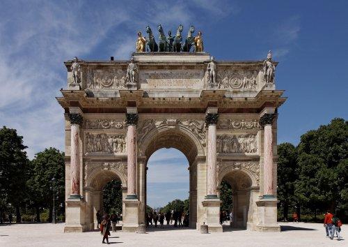O arco do triunfo do Carrossel do Louvre também foi construído por Napoleão Bonaparte, e inaugurado em 1806. Foi dedicado ao Grande Exército de Napoleão Bonaparte entre 1807 e 1809. Ele é baseado no arco de Sétimo Severo, em Roma, e tem 15 metros de altura (5 a menos que o romano).