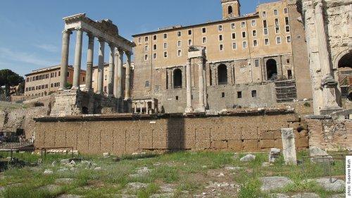 Ruínas da Rostra Augusti (construída sob César e Augusto).