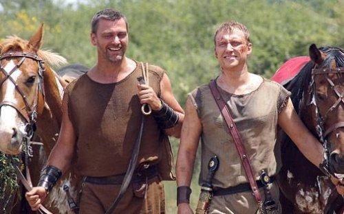 Na série Roma da HBO, todos os personagens do sexo masculino usam grandes pulseiras de couro o tempo todo, embora não haja nenhuma finalidade prática para elas.