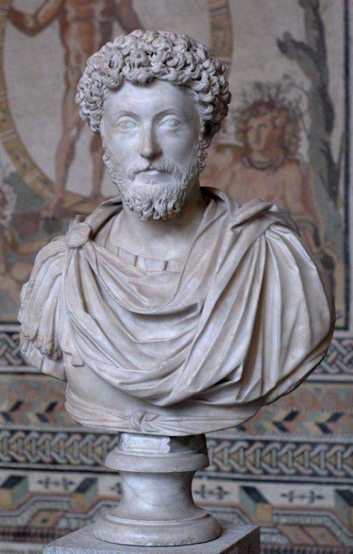 Busto do Imperador Marco Aurélio (r. 161-180) feito em uma oficina em Roma com mármore grego. É um dos 120 retratos de Marco Aurélio que sobreviveram, segundo o livro do Museu de Munique, onde está exposto.