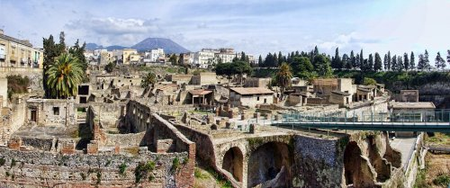 Herculano era uma antiga cidade romana na região italiana da Campânia, província de Nápoles. Ficou muito conhecida por ter sido conservada, junto com a cidade de Pompeia, depois de ter sido soterrada pelas cinzas da erupção do vulcão Vesúvio em 79 d.C.