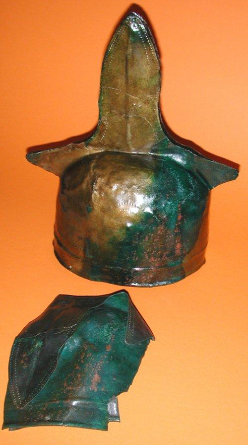 Elmo de bronze encontrado em Moosbruckschrofen, Áustria. Século 14 a.C.