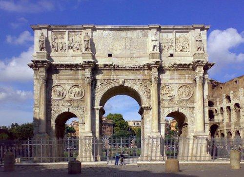 Arco de Constantino em Roma. Construído em 315 d.C. - 21 metros de altura