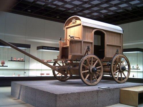 Reconstrução de carruagem romana em exibição no Museu de Colônia, Alemanha. Via Wikimedia Commons.