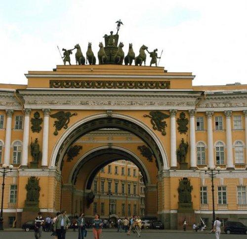 O arco do triunfo do Palácio do Estado Maior, em São Petesburgo, foi construído como parte do prédio em 1819-1829 e separa as duas alas do prédio, é adornado com esculturas comemorando a vitória russa sobre Napoleão em 1812. O palácio fica em frente a Praça do Palácio, e do outro lado dela está o famoso Palácio de Inverno (residência dos imperadores entre 1732 e 1917). O arco tem 28 metros de altura.