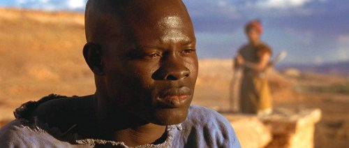 Juba, interpretado por Djimon Hounsou, na cena em que os personagens conversam sobre o pós-vida.