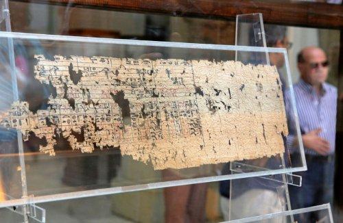 Esse é um dos mais antigos papiros sobreviventes do Egito Antigo. Foi escrito na época do rei Queóps, no século 26 a.C. Museu do Cairo.