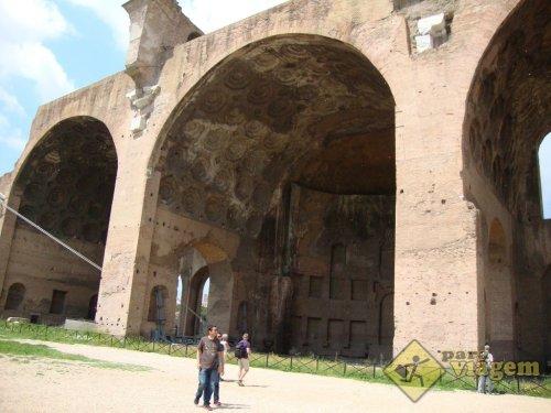 A utilização de arcos permitiu a criação de grandes espaços cobertos na Basílica de Maxêncio, construída no inicio do século 4 d.C. Foto do site Para Viagem.