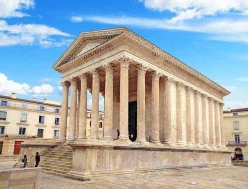 Maison Carrée, o templo romano mais bem preservado do mundo, também está na cidade de Nimes.