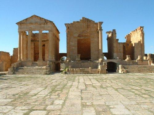 Templos dedicados a Tríade Capitolina na colônia romana de Sbeitla, na Tunísia.
