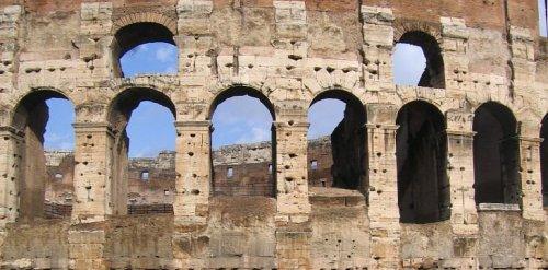 Esse detalhe do Coliseu em Roma mostra a utilização do travertino na construção.