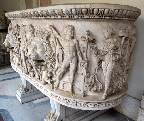 Sarcófago romano lenos de 150 d.C. Observe as duas cabeças de leão na frente. Museu do Vaticano. Via Wikimedia Commons.