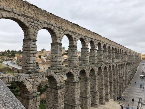 A utilização do arco permitiu que os romanos construissem aquedutos como esse sem a utilização de argamassa, apenas com pedras. Aqueduto em Segóvia na Espanha.