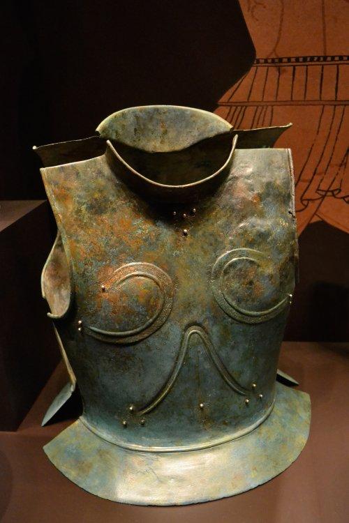 Couraça encontrada na Grécia, período arcaico 620-580 a.C. Museu Arqueológico da Espanha. Via Wikimedia Commons.