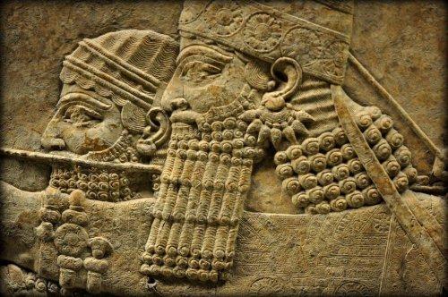 Relevo do palácio de Nínive que representa o rei Ashurbanipal caçando leões. Museu Britânico.