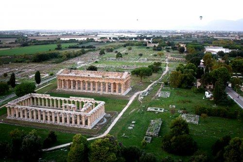Paestum também é conhecida por seus templos gregos. A cidade era uma colônia grega no sul da Itália, e só foi conquistada pelos romanos por volta de 272 a.C.