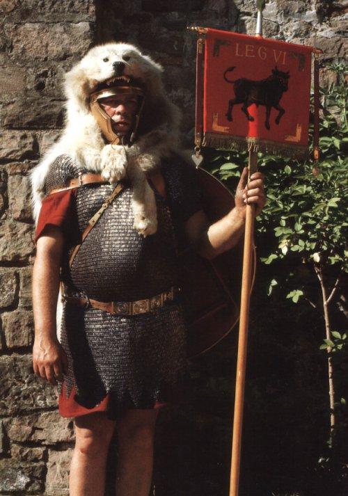 Signifer romano segundo recriação do livro The Roman Legions recreated in colour photographs, de Daniel Peterson.