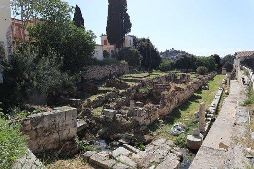 Ruínas da biblioteca de Flávio Panteno, construída em Atenas na época de Trajano. Via Wikimedia Commons.