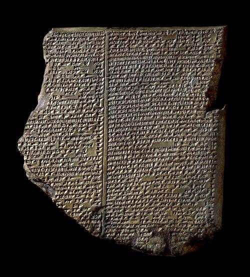 Tabletes de argila como esse, contendo inscrições em cuneiforme, foram encontrados aos milhares nas areias da antiga Mesopotâmia, atual Iraque. Esse é chamado de Tablete do Dilúvio e faz parte do conjunto que narra a Epopéia de Gilgamesh. É um dos tabletes mais famosos já descobertos. Museu Britânico. n° K.3375