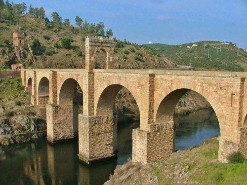 Ponte romana em Alcántara, na Espanha, construida por ordem do imperador Trajano no século 2 d.C.