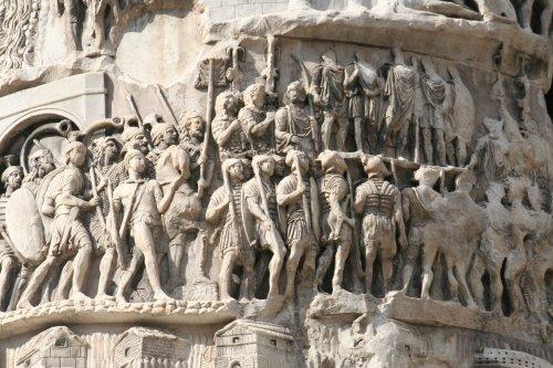O exército romano representado na Coluna de Marco Aurélio, erguida por esse imperador entre 176-180. Via Wikimedia Commons.