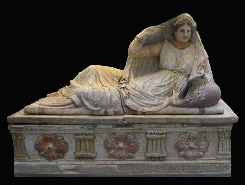 Sarcófago de mulher etrusca do século 2 a.C. encontrado em Chiusi, que era uma das cidades mais importantes da Etrúria. Por mais de 100 anos Roma teve reis etruscos e a influênica etrusca é visível na arte, na política e em diversos aspectos da civilização romana. Via Wikimedia Commons.