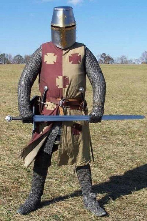 Recriação moderna de uso de malha no corpo inteiro, uma prática do século 11 e 12.