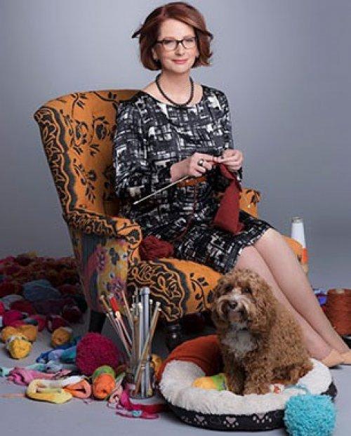 O autor se refere a essa imagem de Julia Gillard, uma política australiana, que visava agradar o público conservador.