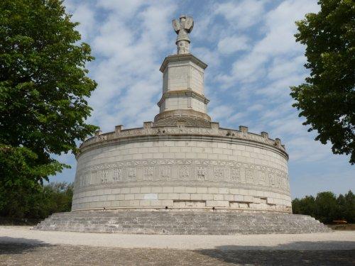 O Tropaeum Traiani (Troféu de Trajano) construído na Dácia em comemoração a sua vitória. Via Wikimedia Commons.