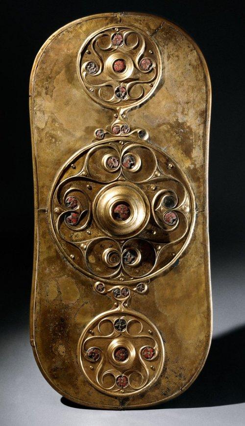 Escudo Battersea. Uma peça de bronze com 77 cm de altura altamente decorada, encontrada na Inglaterra. Cerca de 350-50 a.C. Atualmente no Museu Britânico, uma réplica também está no Museu de Londres. Via Wikimedia Commons.