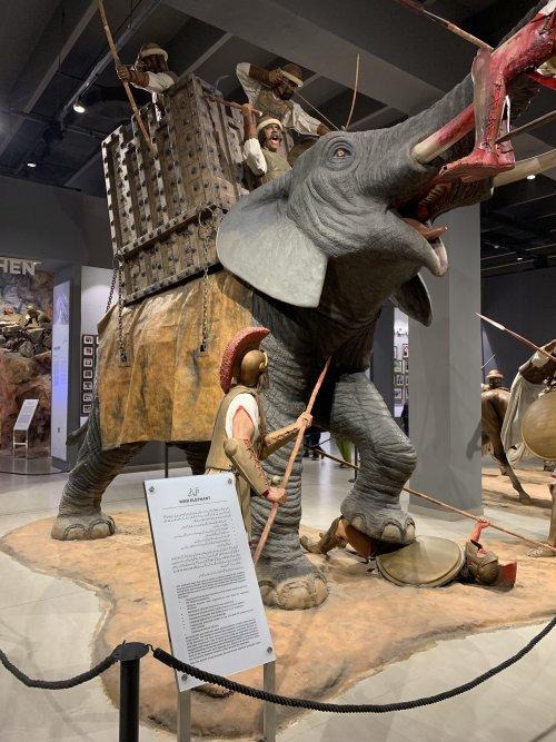 Recriações dos elefantes de Porus enfrentando as tropas de Alexandre. Museu Militar do Paquistão, Lahore.