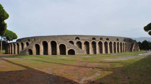 O anfiteatro de Pompéia foi o primeiro a ser construído em pedra em 70 a.C. A existência de muitas arenas na região da Campânia muitas vezes é usada como argumento para defender o local como ponto de origem dessa prática.