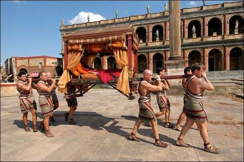 Liteira para transporte dos ricos, conforme reconstituição da série de TV Roma.