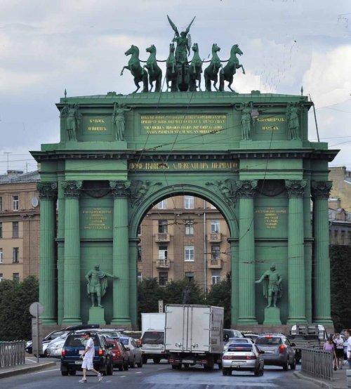 O arco do triunfo de Narva foi construído na antiga Praça Narva, em São Petesburgo, em 1814 para comemorar a vitória russa sobre Napoleão Bonaparte. O monumento foi concebido para rivalizar com o Arco do Triunfo do Carrossel em Paris, originalmente erguido para celebrar a vitória de Napoleão sobre os Aliados em Austerlitz. O arco foi inicialmente construído com um gesso resistente e alguns anos de pois foi refeito em pedra. O arco foi parcialmente destruído durante a Segunda Guerra Mundial, mas foi restaurado nas décadas seguintes.