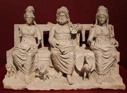 A Tríade Capitolina (Minerva, Júpiter, Juno). Museu Arqueológico Rodolfo Lanciani, Monticelo.