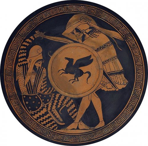 Guerreiro hoplita retratado em kylix grego do século 5 a.C. Observe como o escudo grego apresenta desenhos de figuras mitológicas, nesse caso um Pégaso. Museu Arqueológico de Atenas. Via Wikimedia Commons.