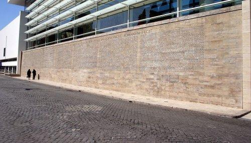 Do lado de fora do Museu Aras Pacis em Roma há uma réplica da Res Gestae, uma narrativa escrita pelo próprio imperador romano, Augusto, antes da sua morte, citando as obras realizadas durante sua longa carreira política.