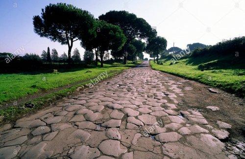 Um trecho em excelente estado de conservação da antiga Via Ápia, uma das principais estradas romanas que saía de Roma.