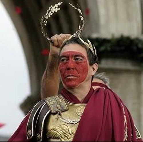 Nessa cena da série Roma (HBO), Júlio César passa em triunfo com o rosto coberto de vermelho.