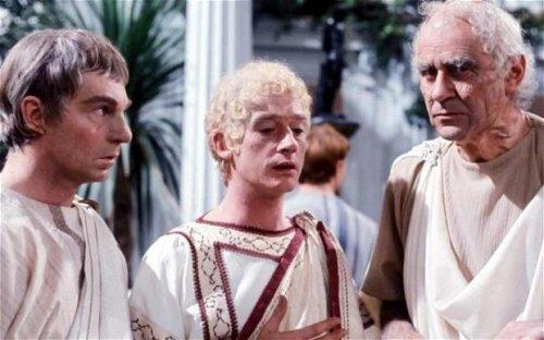 Uma cena da série Eu, Cláudio com o personagem Calígula ao centro (interpretado por John Hurt). Essa série pode ser encontrada em sua versão compelta e legendada no Youtube, onde pode ser assistida gratuitamente.
