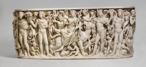 Sarcófago com representação do deus Dionísio e de quatro jovens homens representando as estações do ano. 260-270 d.C. MET. N° 55.11.5
