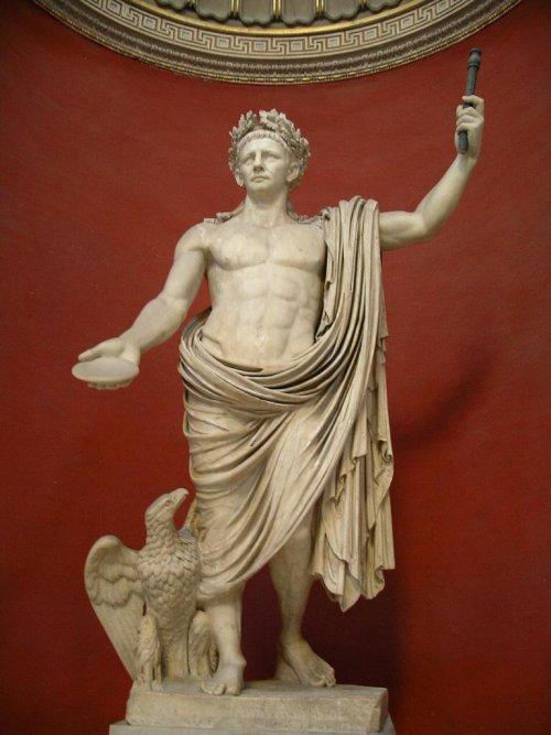 O imperador Cláudio retratado como Júpiter (com um tanquinho) em estátua do Museu do Vaticano.
